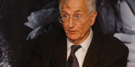 NEW YORK-OCTOBER 7:    Pulitzer Prize winning journalist Seymour Hersh accepts the LennonOno Grant for Peace at  the Second Biennial Awards at the United Nations  on October 7, 2004 in New York. (Photo by Brad Barket/Getty Images)