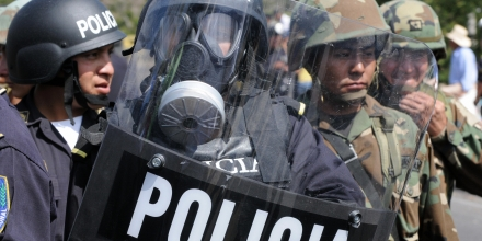 Soldiers and policemen are deployed next to a blockade carried out by union members to protest against the high cost of living, particularly the increase in consumer food prices, at the outskirts of Tegucigalpa on April 17, 2008.  AFP   PHOTO/Orlando SIERRA (Photo credit should read ORLANDO SIERRA/AFP/Getty Images)