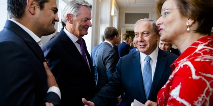 Dutch Parliament Member Tunahan Kuzu (L) refuses to shake hands with Prime Minister Benjamin Netanyahu during his visit to the States General at the Binnenhof as part of Netanyahu's visit to the Netherlands at the Binnenhof, in the Hague, on September 7, 2016.  / AFP / ANP / Bart Maat / Netherlands OUT        (Photo credit should read BART MAAT/AFP/Getty Images)