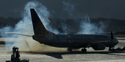 A United plane is covered in smoke as the engines start up at Ronald Regan National Airport in Washington, DC, on February 13, 2016. / AFP / ANDREW CABALLERO-REYNOLDS        (Photo credit should read ANDREW CABALLERO-REYNOLDS/AFP/Getty Images)