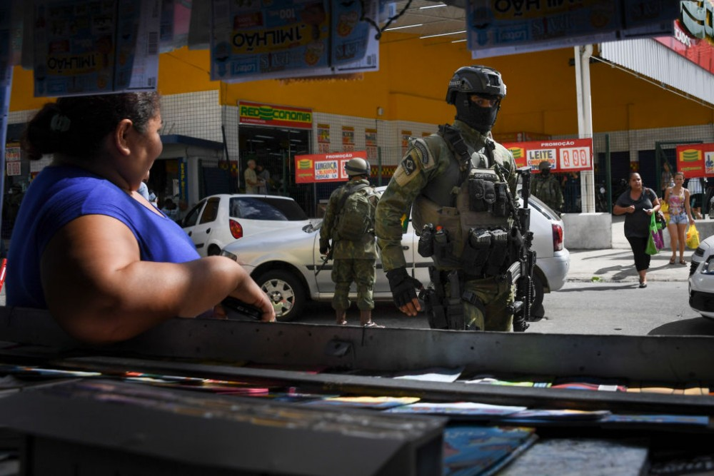 Soldiers take part in a crackdown on crime gangs, at the Lins de Vasconcelos slum complex in Rio de Janeiro, Brazil, on August 5, 2017.Thousands of Brazilian army troops raided Rio de Janeiro slums leaving parts of the city looking like a war zone. Their main goal was to stop gangs behind a surge in brazen robberies of commercial trucks, with arrest warrants issued for 40 people. However, the unusually aggressive pre-dawn operation also follows wider concerns that nearly bankrupt post-Olympic Rio is spinning out of control. / AFP PHOTO / Apu Gomes (Photo credit should read APU GOMES/AFP/Getty Images)