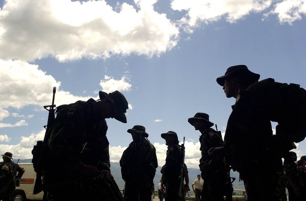 """Honduran soldiers prepare their bags during a farewell ceremony for the Honduran Air Force at the Soto Cano Base, in Comayagua 80 km north from Tegucigalpa, Honduras, Sunday, Aug. 10, 2003. Some 370 soldiers from Honduras will be part of the """"F.T. Xatruch"""" group who will participate in humanitarian missions in Iraq under Spain's mandate. (AP Photo/Ginnette Riquelme)"""
