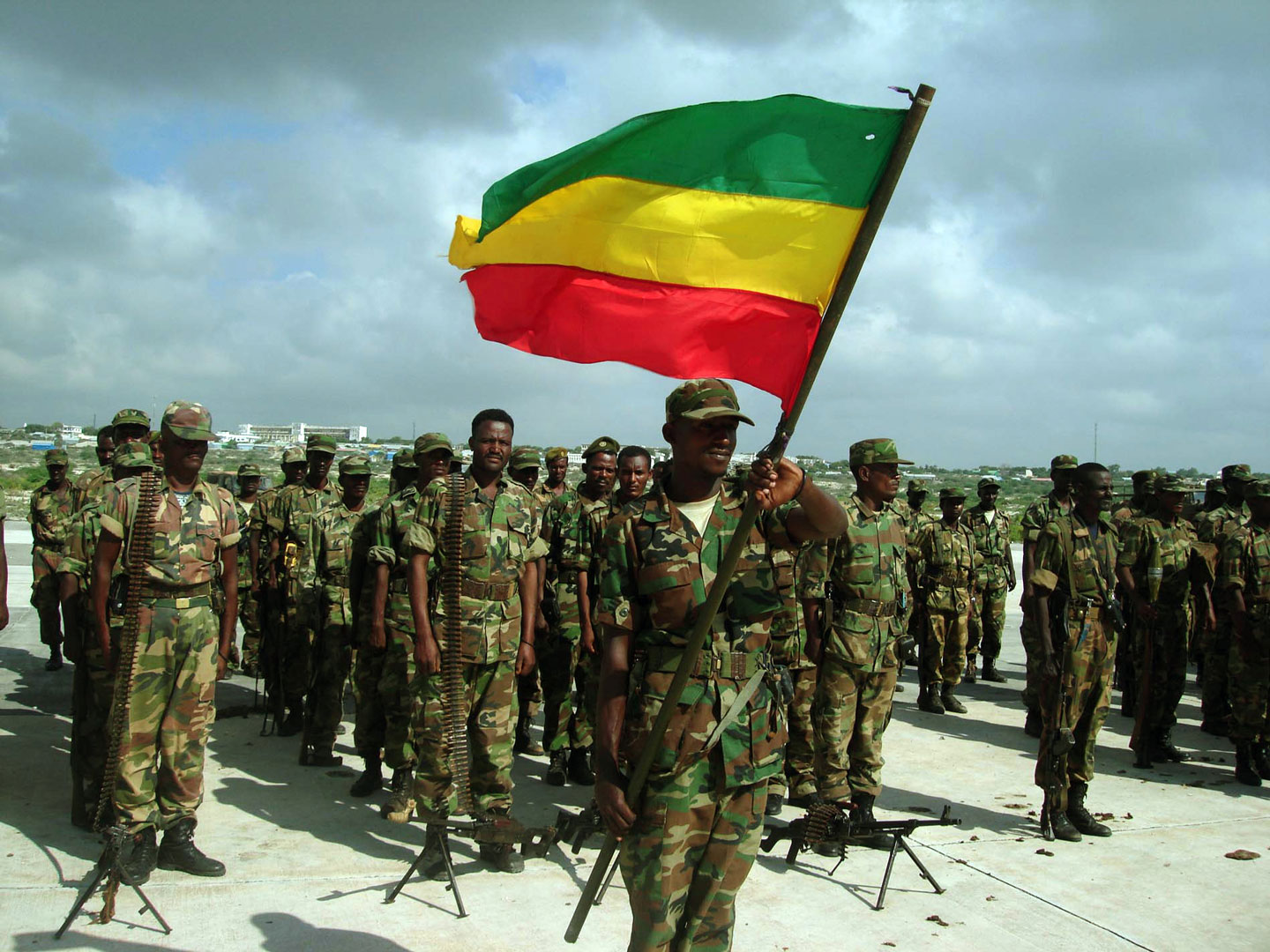 The first batch of Ethiopian troops leaving the Somali capital Mogadishu hold a departure ceremony 23 January 2007 at Afisiyooni Air Base. Ethiopian troops began withdrawing from Mogadishu nearly four weeks after they helped oust Islamist forces from the Somali capital. A special departure ceremony was held for the pullout of the first batch of around 200 soldiers at the former headquarters of the Somali air force in the southern outskirts of the capital. AFP PHOTO/STRINGER        (Photo credit should read STRINGER/AFP/GettyImages)