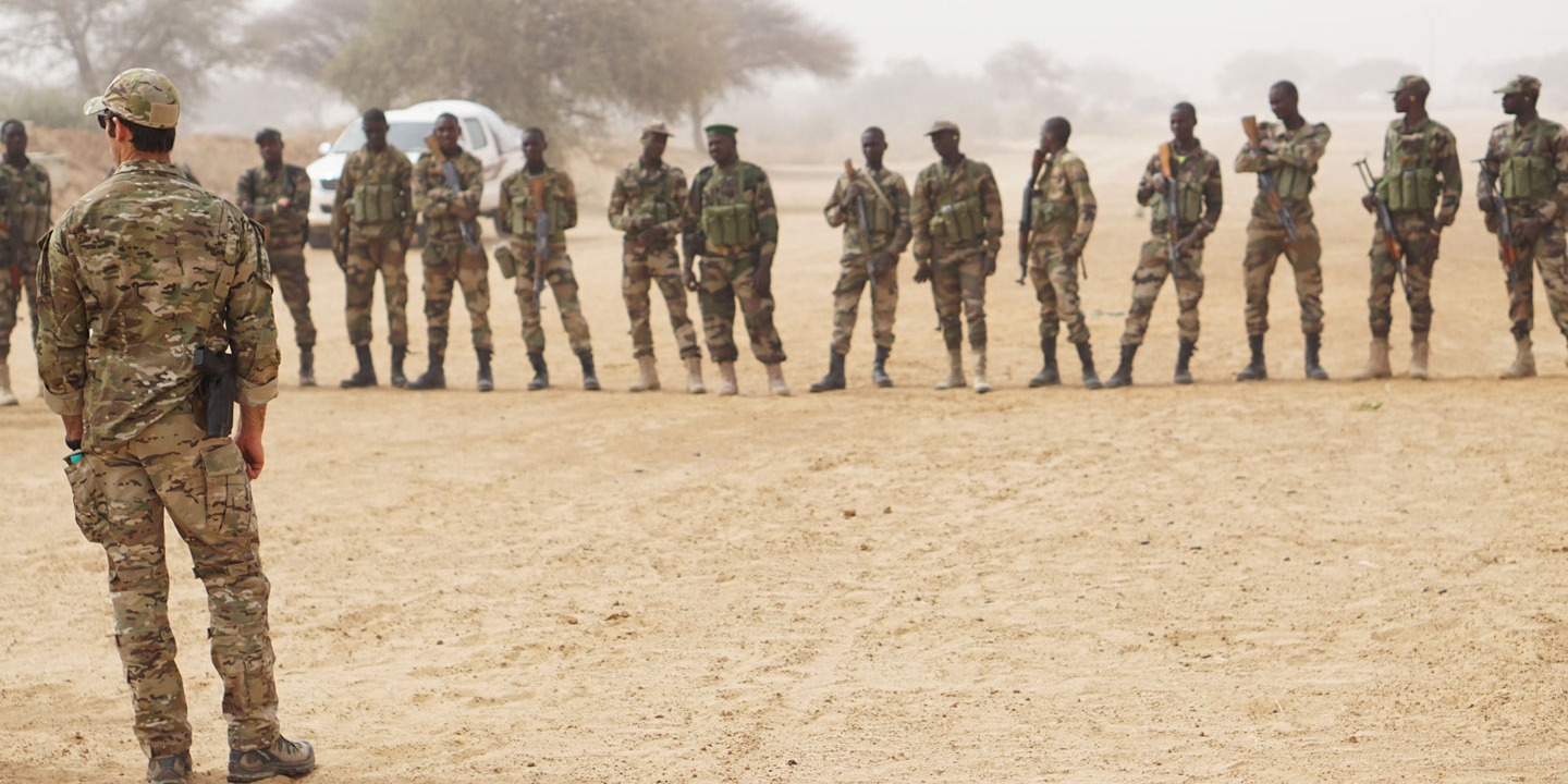 A U.S. Army Special Forces weapons sergeant speaks to a group of Nigerien soldiers prior to the start of a buddy team movement class during Exercise Flintlock 2017 in Diffa, Niger, March 11, 2017. Flintlock 2017 is designed to strengthen the ability of key partner nations in the region to protect their borders and provide security for their people. (U.S. Army photo by Spc. Zayid Ballesteros)