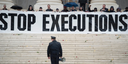 A police officer warns activists to leave during an anti death penalty protest in front of the US Supreme Court January 17, 2017 in Washington, DC. / AFP / Brendan Smialowski        (Photo credit should read BRENDAN SMIALOWSKI/AFP/Getty Images)